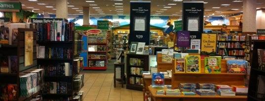 Barnes & Noble is one of Tempat yang Disukai West.