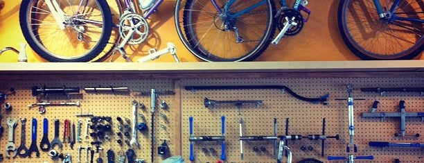 Velo Cult Bicycle Shop & Bar is one of Lugares favoritos de Aaron.