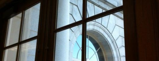 Portland City Hall is one of Tempat yang Disukai Steph.