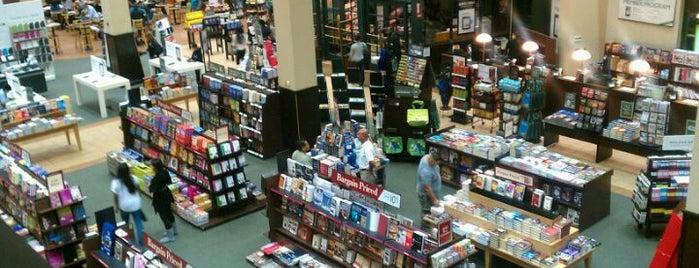 Barnes & Noble is one of Kaylina'nın Beğendiği Mekanlar.