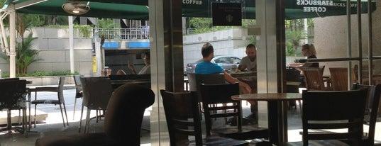 Starbucks is one of Tempat yang Disukai Louie.