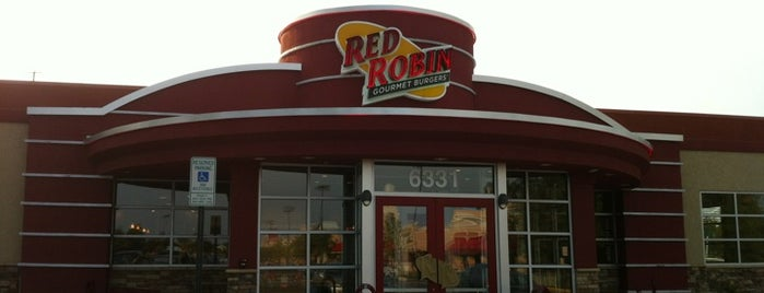 Red Robin Gourmet Burgers and Brews is one of Tempat yang Disukai Jen.