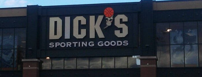 DICK'S Sporting Goods is one of Tempat yang Disukai Rosana.