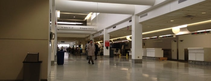 Syracuse Hancock International Airport (SYR) is one of สถานที่ที่ Brian ถูกใจ.