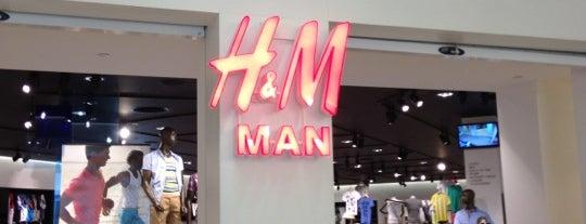 H&M is one of สถานที่ที่ Andrew ถูกใจ.