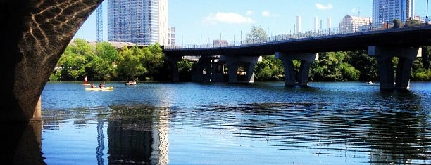 Lady Bird Lake Under Lamar Blvd Bridge is one of สถานที่ที่ Chris ถูกใจ.