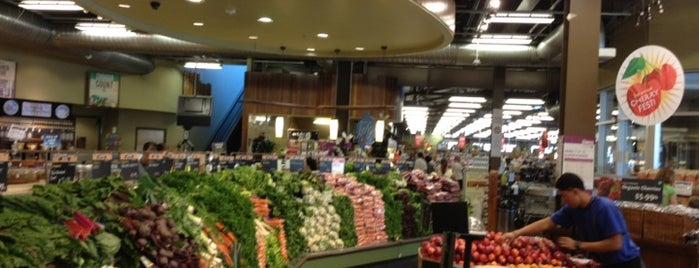 Whole Foods Market is one of Tempat yang Disukai Mauricio.