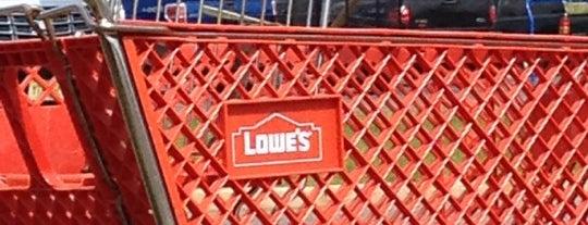 Lowe's is one of Lugares favoritos de Karen.