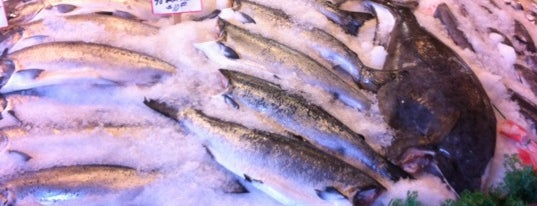 Pike Place Fish Market is one of Orte, die Aljon gefallen.