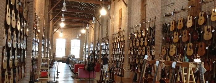 Esse Music Store is one of Tempat yang Disukai Giulia.