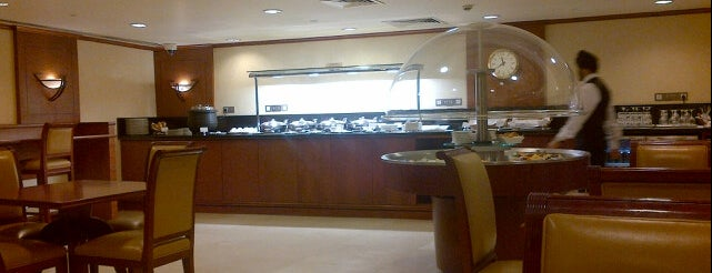 Emirates Business Class Lounge is one of Locais curtidos por Mike.
