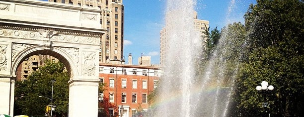 Washington Square Fountain is one of Tempat yang Disukai Carl.