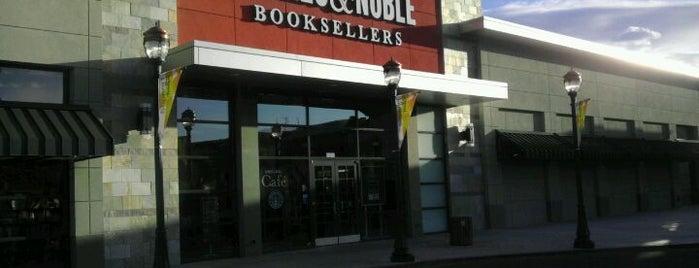 Barnes & Noble is one of สถานที่ที่ Ray ถูกใจ.