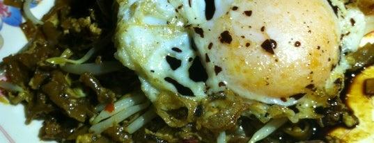 大山脚鸭蛋炒果条路边档 BM Duck Egg Char Koay Teow is one of Penang.