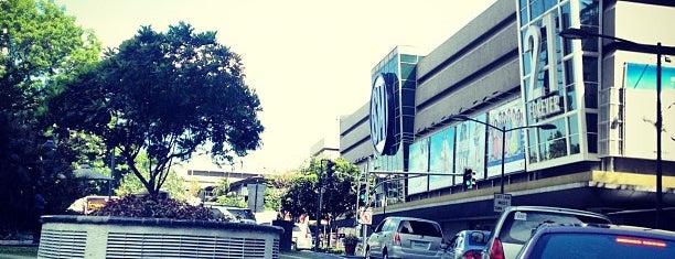 SM Makati is one of Lugares favoritos de Shank.
