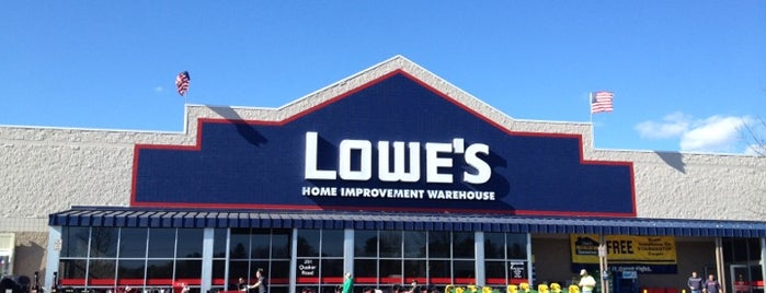 Lowe's is one of Nicholasさんのお気に入りスポット.