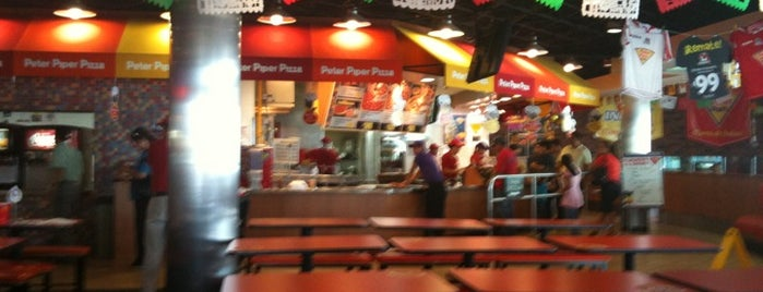 Peter Piper Pizza is one of Tempat yang Disukai Christian.