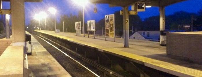 LIRR - Babylon Station is one of Tempat yang Disukai Andra.