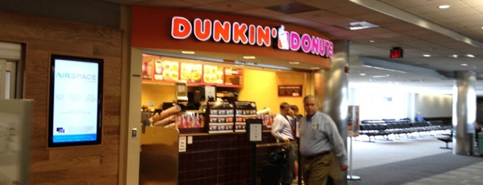 Dunkin' is one of Locais curtidos por Krissy.