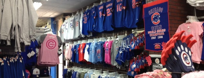 Wrigleyville Sports is one of Annaさんの保存済みスポット.