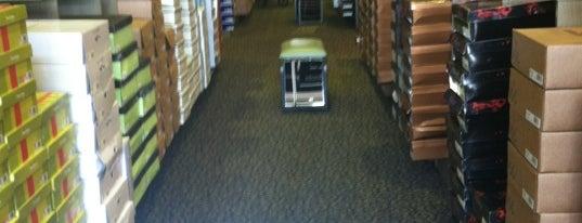 DSW Designer Shoe Warehouse is one of Lieux qui ont plu à Todd.