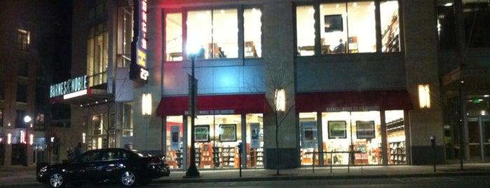 Barnes & Noble is one of Locais curtidos por Anna.
