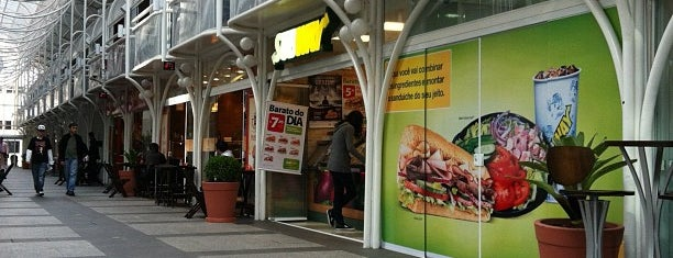 Subway is one of Raphaëlさんのお気に入りスポット.