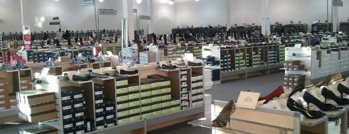 DSW Designer Shoe Warehouse is one of Orte, die Karen gefallen.
