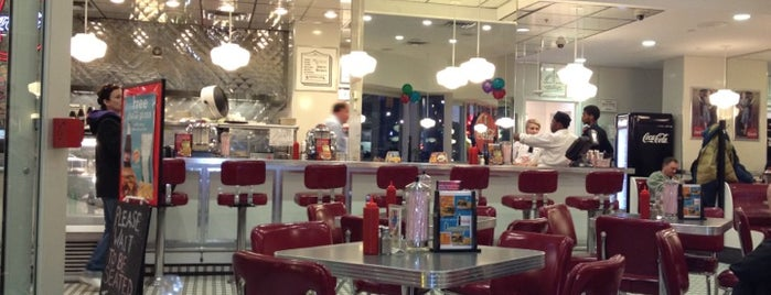 Johnny Rockets is one of Phat's Liked Places.