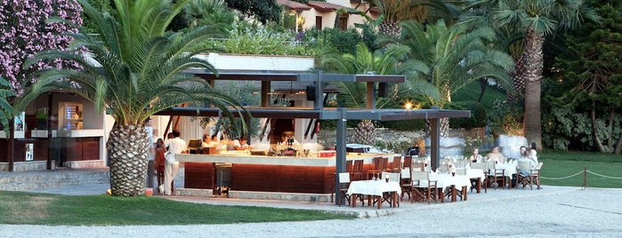 Beach Bar & Restaurant is one of Lieux sauvegardés par Cenk.