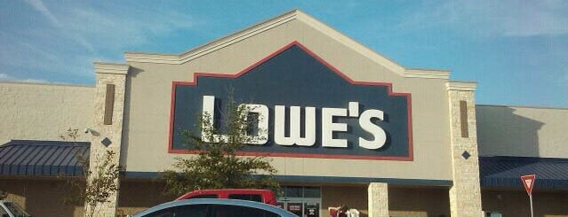 Lowe's Home Improvement is one of Lugares favoritos de Jenn 🌺.