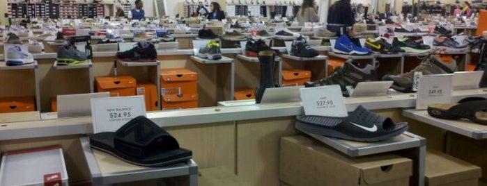 DSW Designer Shoe Warehouse is one of Locais curtidos por Craig.
