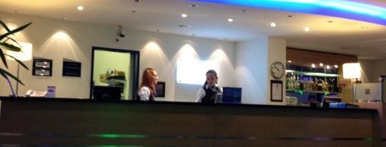 Holiday Inn Express is one of สถานที่ที่ Alejandro ถูกใจ.