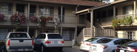 Carmel Village Inn is one of Lugares favoritos de William.
