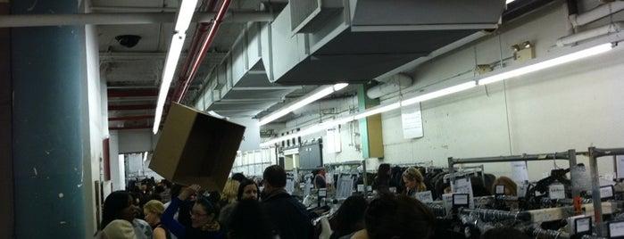 Barney's New York Warehouse Sale is one of Shariさんの保存済みスポット.