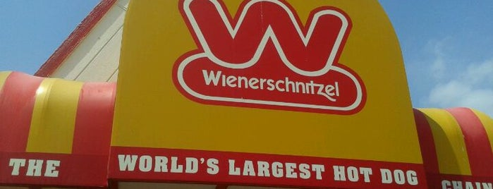 Wienerschnitzel is one of Tempat yang Disukai Cesiah.