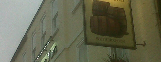 The Three Tuns (Wetherspoon) is one of Locais curtidos por Carl.