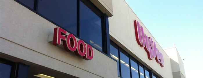 Hy-Vee is one of Locais curtidos por Keyanna.