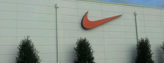 Nike Factory Store is one of Tempat yang Disukai Jake.