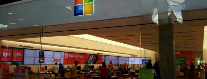 Microsoft Store is one of Tempat yang Disukai Alberto J S.
