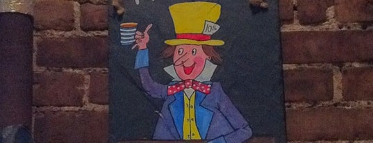 The Mad Hatter Pub & Eatery is one of Lugares favoritos de Tim.