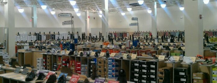 DSW Designer Shoe Warehouse is one of Lieux qui ont plu à Tiona.