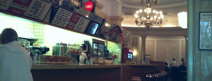 Cafe Edison is one of Lugares guardados de Rob.