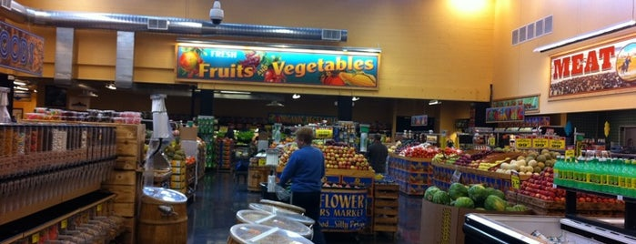 Sprouts Farmers Market is one of Locais curtidos por Swen.