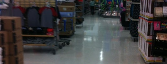 Walmart Supercenter is one of Locais salvos de Rosalyn.