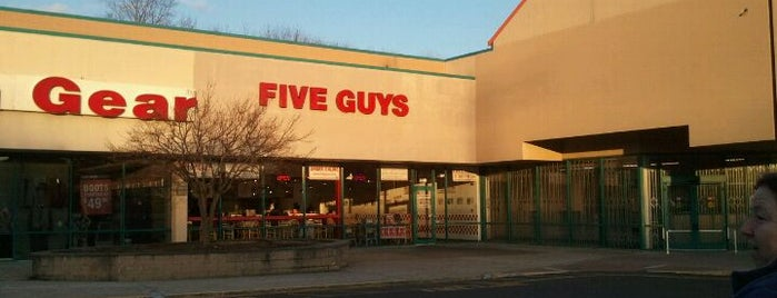 Five Guys is one of Ericさんのお気に入りスポット.