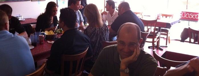 Pepe's Italian Restaurant is one of สถานที่ที่ Laura ถูกใจ.