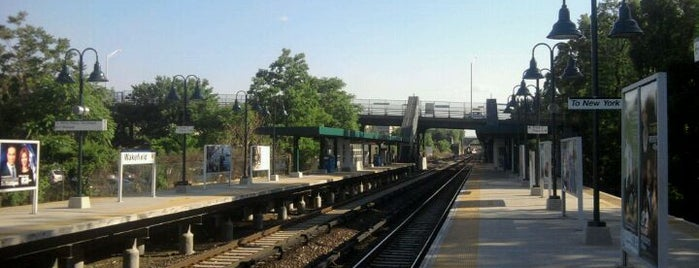 Metro North - Wakefield Station is one of Harlem Line (Metro-North).