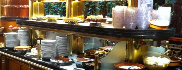 Les Grands Buffets is one of Tempat yang Disimpan Oriol.