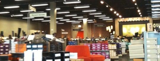 DSW Designer Shoe Warehouse is one of Lieux qui ont plu à Rose.